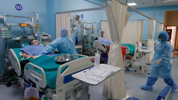 Médicos atendiendo a un paciente de coronavirus