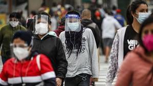 Una multitud con mascarillas en las calles de Lima